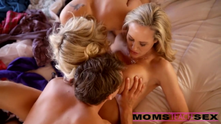 Мама с дочкой устроили парню жаркий групповой секс со спермой