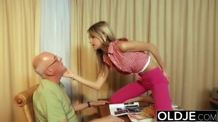 Дед жестко трахает молодую внучку, позабыв сколько ему лет
