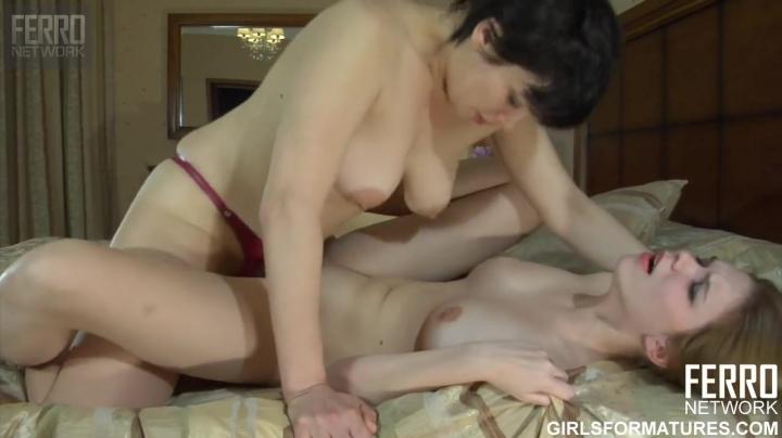 Похотливая русская мама трахает дочку страпоном в пизду