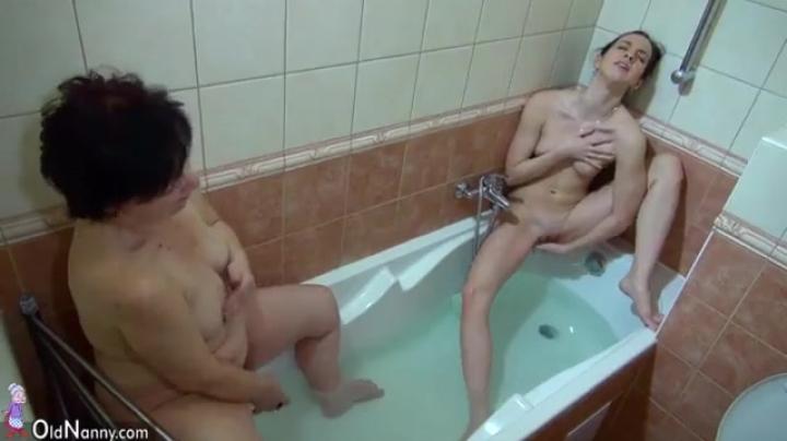 Старая мать ебет дочь в ванной комнате и получает оргазм