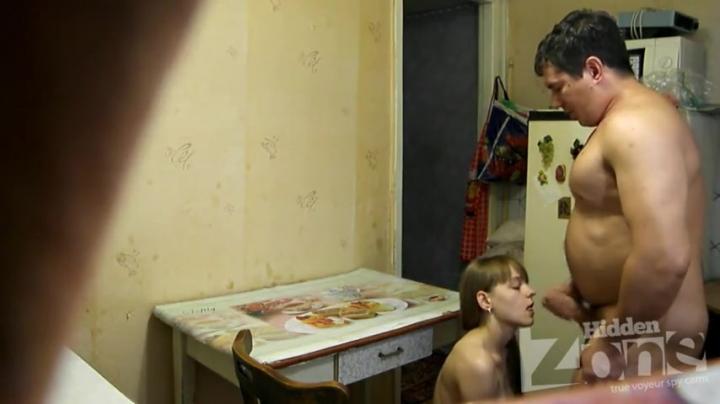 Русские отец и дочь совершили разврат на кухне