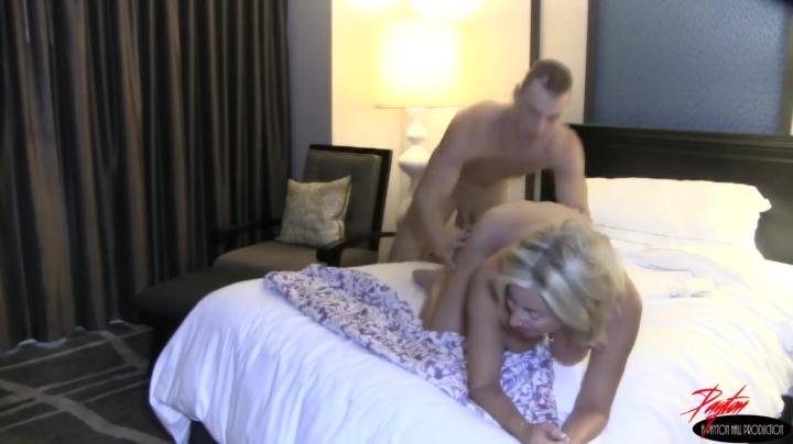 Молодой сын обожает с мамкой в одной кровати трахаться