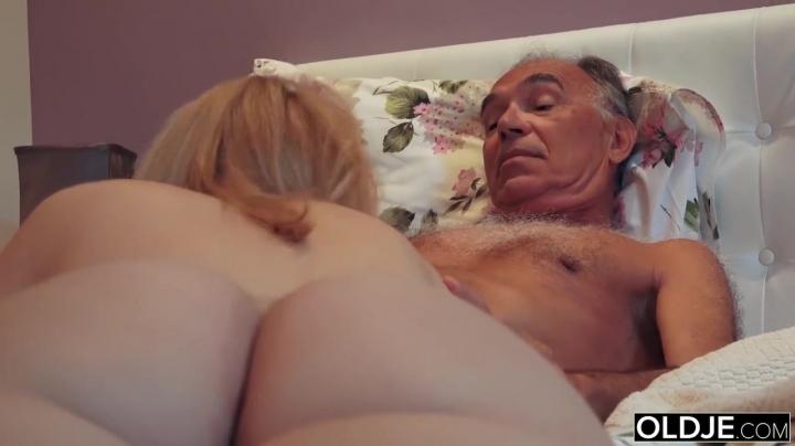 Папа трахает свою дочь в мокрую пилотку и дает отсосать член