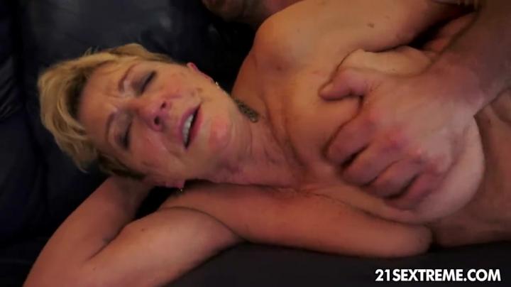 Мама в возрасте трахается со своим сыном в киску